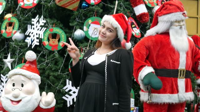Asiengeschäft schwanger, Weihnachtszeit, Peace-Zeichen