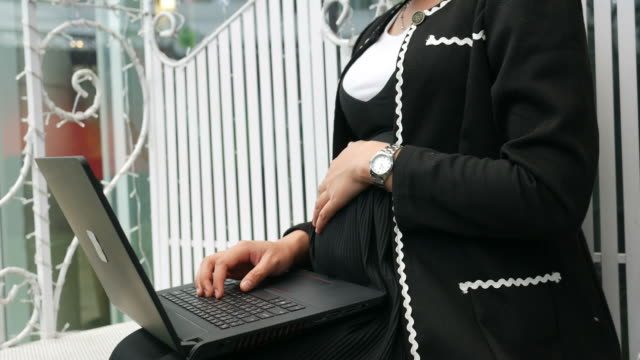 Asiengeschäft schwanger online arbeiten mit laptop