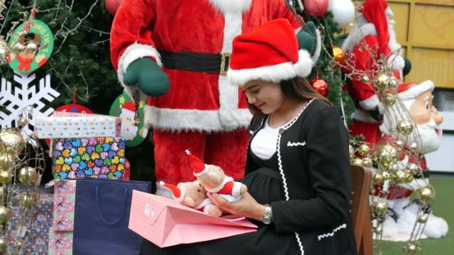 Asiengeschäft schwangere öffnen Weihnachtsgeschenk