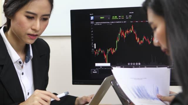stockvideo's en b-roll-footage met aziatische zaken praten - graph