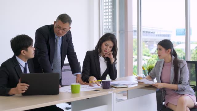 オフィスでアジア事業チーム - 4人点の映像素材/bロール