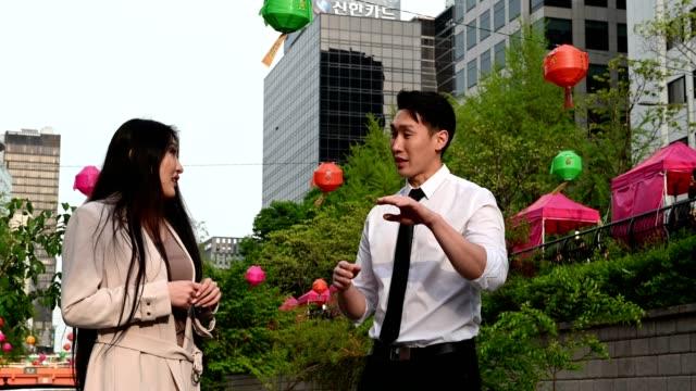 vídeos de stock e filmes b-roll de asian business team talking strategy during a walking meeting - fotografia de três quartos