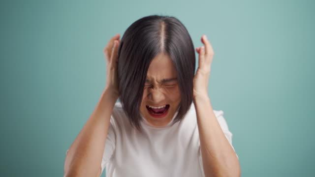 vídeos y material grabado en eventos de stock de mujer de negocios asiática enojada y gritando de pie aislada sobre fondo beige. vídeo 4k - enfurruñado