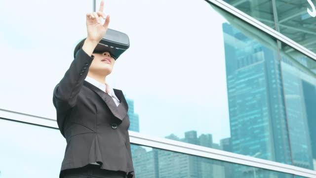asiatische frau geschäftskommunikation von vr kopfhörer brille - schutzbrille freisteller stock-videos und b-roll-filmmaterial