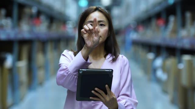 asiatische geschäftsfrau im store prüfen inventar auf digital-tablette, index, schuldzuweisungen und hand folie in der luft - intelligenz stock-videos und b-roll-filmmaterial