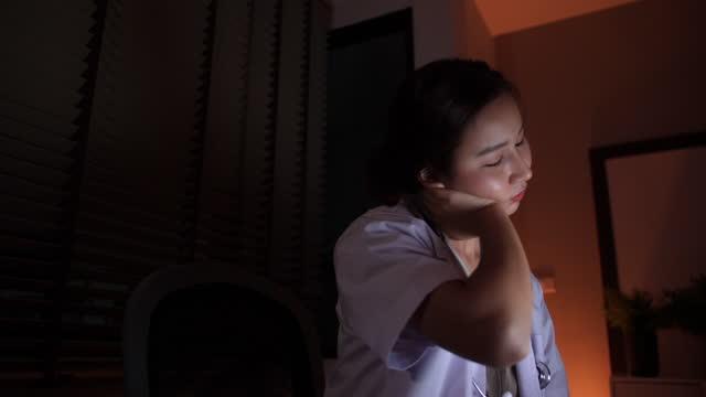 asian business woman è in dolore alla spalla sul posto di lavoro - rene umano video stock e b–roll
