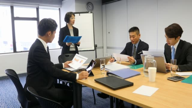 Aziatische zakenvrouw leidt een teamvergadering
