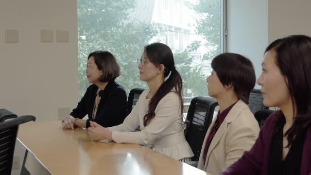 asian business woman listening to seminar - 勉強する点の映像素材/bロール