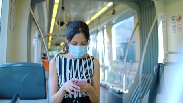 vidéos et rushes de femme d'affaires asiatique employer un smartphone - poumon humain