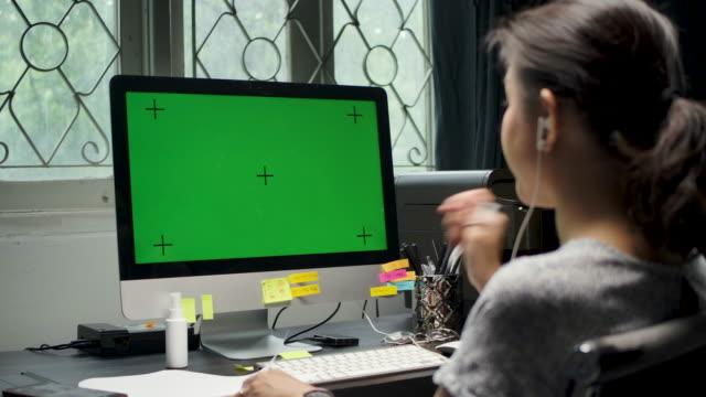 stockvideo's en b-roll-footage met het aziatische bedrijfsvrouwenwerk van huis met computer, de sleutel van chroma - bureau