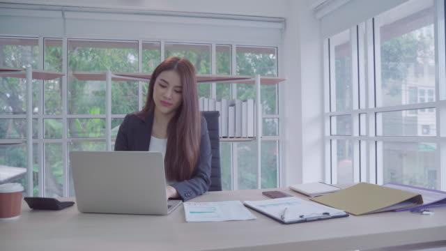 vídeos de stock, filmes e b-roll de mulher de negócio asiática que trabalha em um escritório pequeno. em sua casa, conceitos de negócios domésticos. - secretária