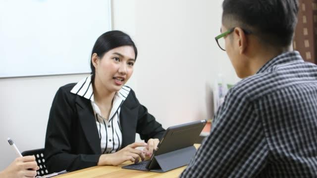 アジア系のビジネスマンや実業家のオフィスで話して - 説明する点の映像素材/bロール