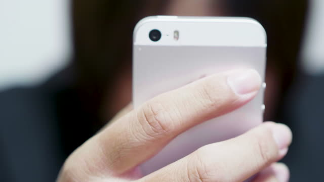 vidéos et rushes de téléphone intelligent jeu asiatique homme d'affaires - un seul homme d'âge moyen