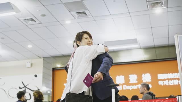 空港で妻に別れを告げるアジアのビジネスマン - passenger点の映像素材/bロール