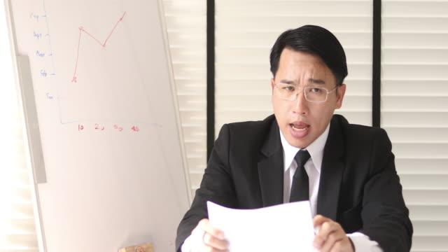 vidéos et rushes de homme d'affaires asiatique parlant à l'appareil-photo - débat