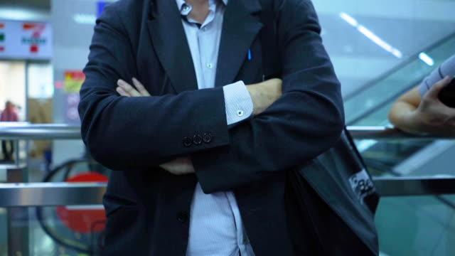 アジアの実業家がオフィスビルで考え、話し合い、腕を組んだ - 不確か点の映像素材/bロール