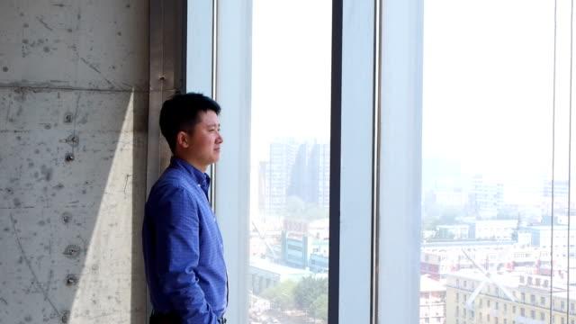vídeos de stock, filmes e b-roll de asian businessman working in office - só um adulto de idade mediana