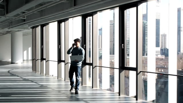 vídeos de stock, filmes e b-roll de homem de negócios asiáticos trabalhando com laptop - peitoril de janela