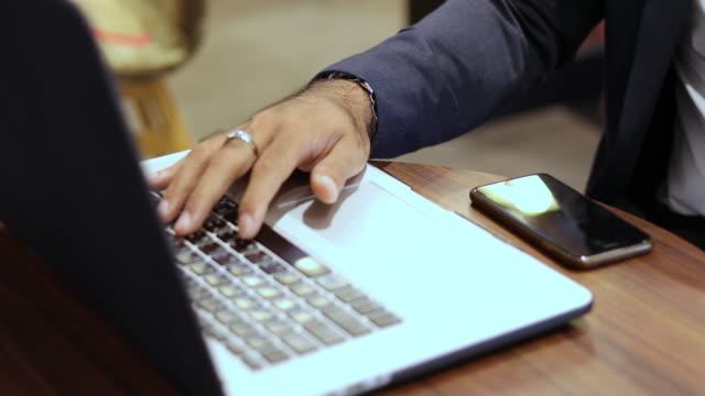 アジアのビジネスマンは、仕事中に電話で話したり、コーヒーを飲んだりしています。 - 従業員エンゲージメント点の映像素材/bロール