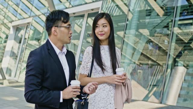アジアのビジネスマンが香港で通勤 - 2人点の映像素材/bロール
