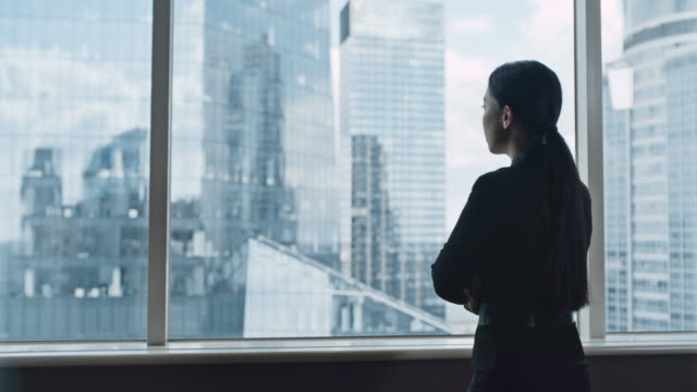 asiatische geschäftsfrau im büro. blick auf die ansicht - angesicht zu angesicht stock-videos und b-roll-filmmaterial