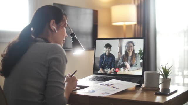 asiatische geschäftsfrau mit video-anruf-meeting mit team für fortschritt geschäft in der arbeit von zu hause dauer - isoliert stock-videos und b-roll-filmmaterial