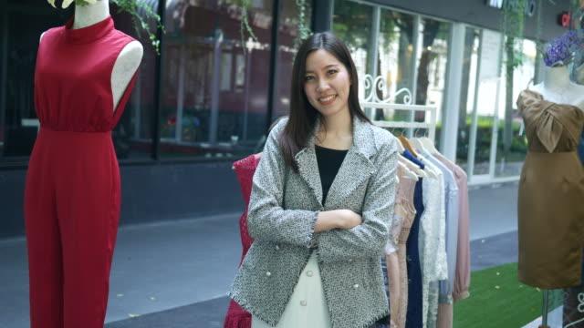 asian businesswoman , pride gesturing , nodding head - nodding head to music stock videos & royalty-free footage