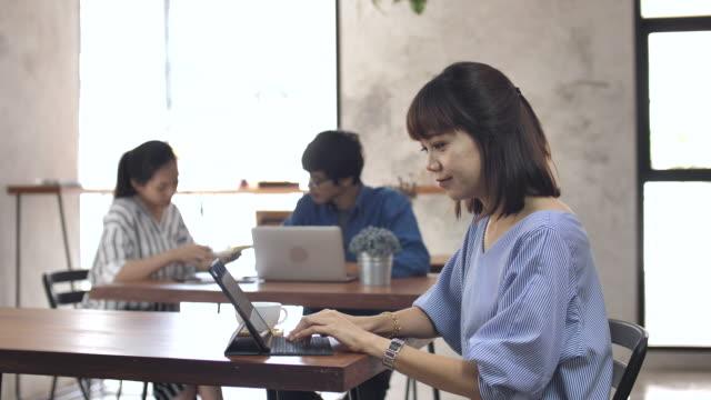 カフェ、スローモーションで働くアジアの実業家 - 操作する点の映像素材/bロール