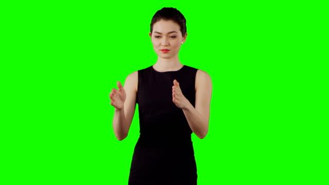 Aziatische zakenvrouw werken met virtuele touchscreen