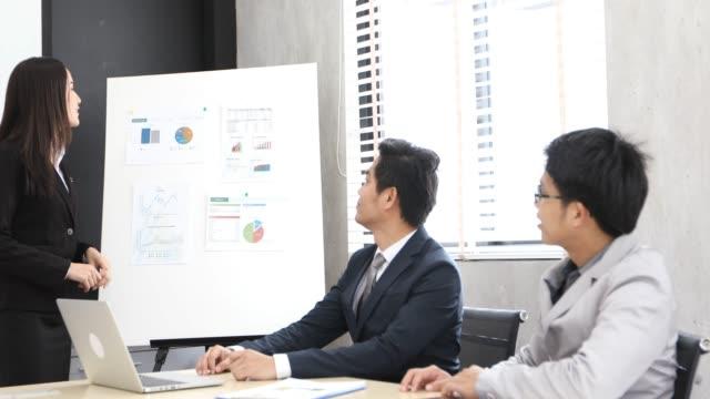 アジアのビジネスウーマンとグループのノートを使用してドキュメントやアイデアを議論するために会議やビジネス女性が働くために幸せな笑顔 - 高精細点の映像素材/bロール
