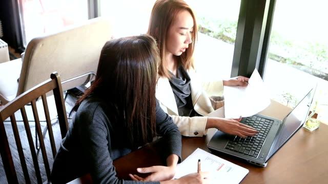 asiatische geschäftsfrauen arbeiten gemeinsam am laptop - weibliche angestellte stock-videos und b-roll-filmmaterial
