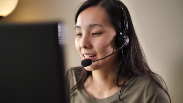 stockvideo's en b-roll-footage met aziatisch call center dat thuis werkt - headset