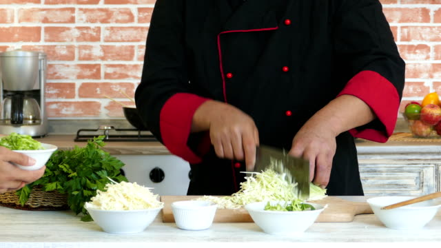 asian chef making fresh salad - mostrare video stock e b–roll