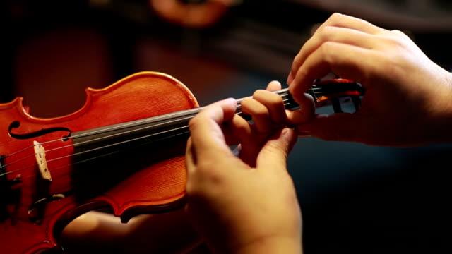 vídeos y material grabado en eventos de stock de niños asiáticos jugar violín - músico