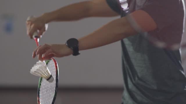 vidéos et rushes de joueurs asiatiques chinois de badminton jouant dans le terrain de badminton - badminton sport