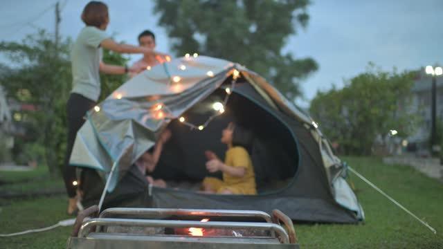 彼らの家の滞在週末の活動の裏庭でキャンプアジアの中国の家族 - 空気感点の映像素材/bロール