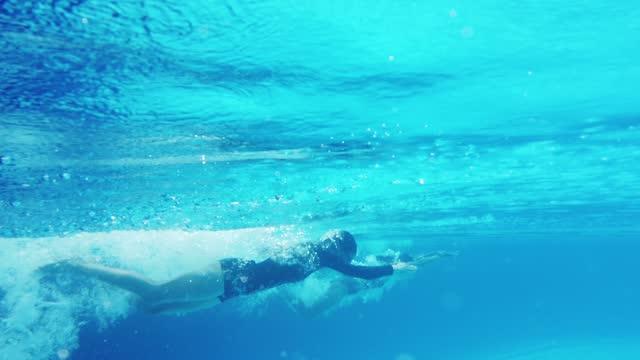 彼女の仲間とプールで泳ぐアジアの中国の女性 - ライバル点の映像素材/bロール