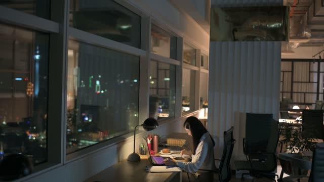asiatische chinesische angestellte arbeiten spät im büro allein in der nacht eilen für finanzbericht - abgeschiedenheit stock-videos und b-roll-filmmaterial