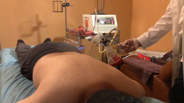 vídeos de stock e filmes b-roll de asian chinese male patient receiving chinese herbal steam treatment at chinese medicine shop - acupuntura