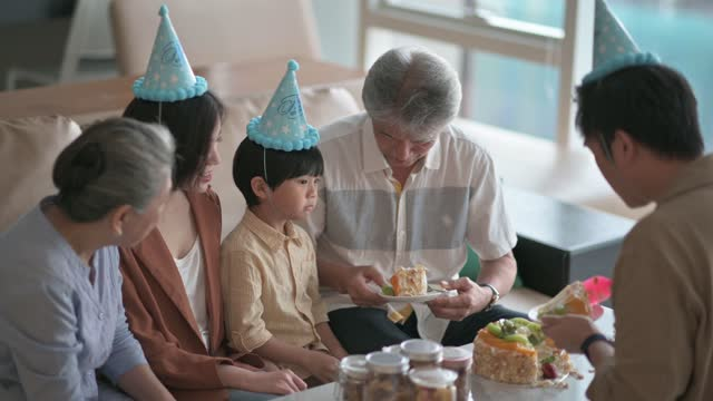 asian chinese multi generation family celebrating birthday cutting birthday cake with kitchen knife - party hat stock videos & royalty-free footage