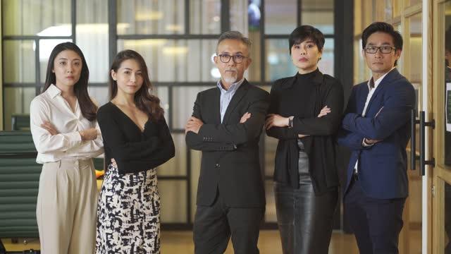 vidéos et rushes de chef chinois asiatique réussi de portrait d'homme d'affaires - bras croisés