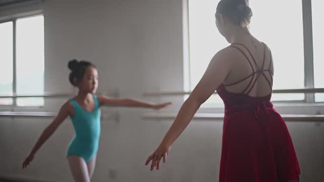 asiatische chinesische teenager-mädchen balletttänzerin ausbildung ihrer jungen mädchen studentin im studio - menschliche gliedmaßen stock-videos und b-roll-filmmaterial