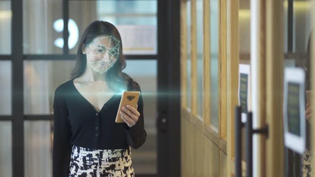 vídeos de stock, filmes e b-roll de china asiática ligar telefone inteligente para sistema de reconhecimento facial e acesso à internet - identity