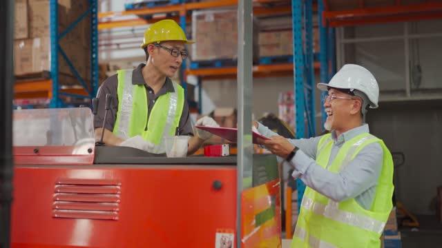 Asiatische chinesische Lagerleiter Unterzeichnung Dokumente Empfang Von seinem Kollegen Arbeiter Arbeiter Arbeiten Gabelstapler arbeiten in Der Industriefabrik