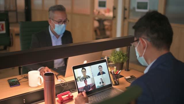 covid 19で新しい通常の概念を扱うワークステーションで2アジアの中国のホワイトカラー労働者 - white collar worker点の映像素材/bロール