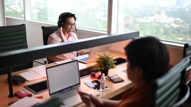 新しいsopと社会的な離れた病気予防の安全対策を用いて検疫後に仕事に戻るアジアの中国のホワイトカラー労働者 - white collar worker点の映像素材/bロール
