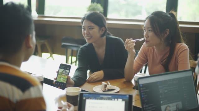 asiatische chinesische junge erwachsene freunde treffen sich im café - person gemischter abstammung stock-videos und b-roll-filmmaterial