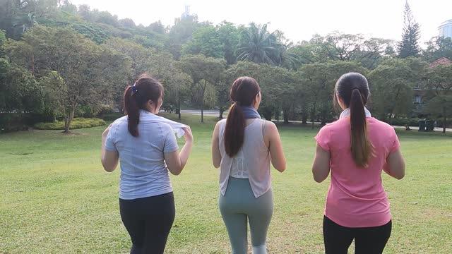 週末の朝に公園で走るアジアの中国の若い女性 - 女子トラック競技点の映像素材/bロール