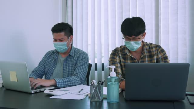 vídeos y material grabado en eventos de stock de los colegas asiáticos de la oficina saludan alternativas para evitar un apretón de manos durante el brote covid-19. - codo