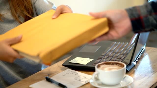 vídeos de stock e filmes b-roll de asian company accountant employee receiving additional work. - empregado